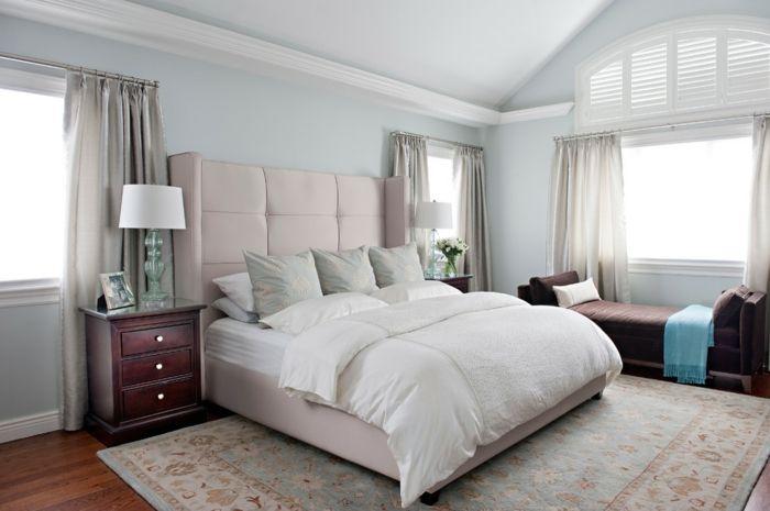 como decorar una habitacion, dormitorio con cama doble, cabecero rosado tapizado, alfombra y banca, mesitas de noche, cortinas beige