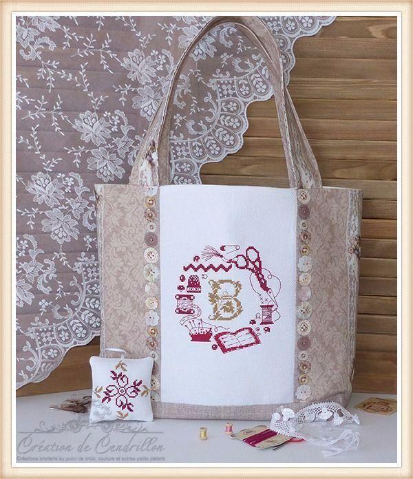 Collection *Couture et Broderie* SAC/CABAS brodé «Monogramme B» Broderie au point de croix réalisé à la main : Sacs à main par creations-de-cendrillon