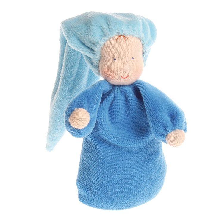 Muñeca pequeña de color azul, con suave fragancia a lavanda gracias a su interior relleno de flores de lavanda. Está elaborada de manera artesanal, con la cara pintada a mano dando una expresión única a cada muñeca. Está fabricada en tela de algodón, rellena de flores de lavanda. El suave olor a lavanda tiene un efecto calmante y es relajante para los niños más pequeños, por lo que es ideal para ayudarles a dormir. Se debe lavar a mano de manera suave, evitando frotar ya que se puede…