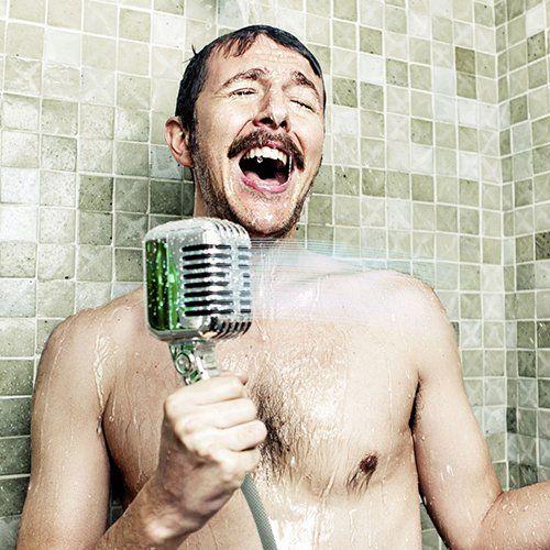 ¡Consigue ya la ducha micrófono retro y canta como todo un artista famoso mientras te duchas! Una fabulosa y práctica alcachofa de ducha de plástico, en color plateado, que convertirá tu baño en un espacio original y divertido. Perfecta para regalar.
