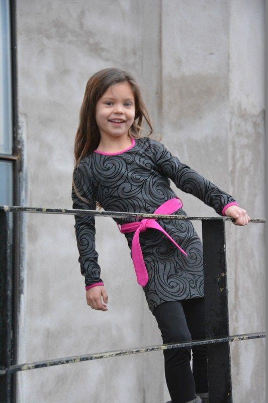 Rechte antraciet jurk met zwarte krullen in flock print. De lange mouwen en hals zijn afgewerkt met fuchsia band. Losse fuchsia knoop ceintuur.  wassen op 30 graden, niet in droger.  http://www.ieds-webshop.nl/winkel/p-1/?Sexe=meisjes&Merk=lofff