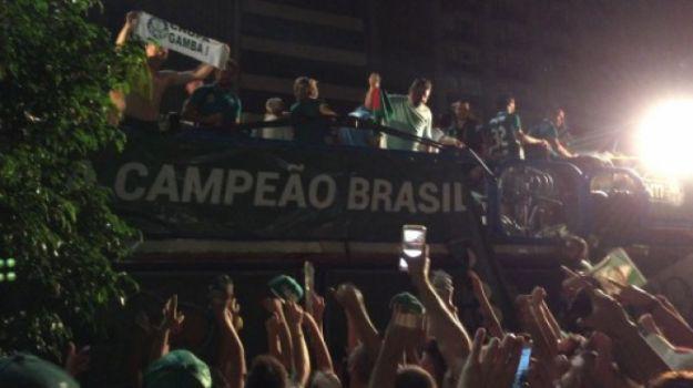 Fernando Prass mostrou faixa dizendo 'chupa Gambá' na festa do título do Palmeiras