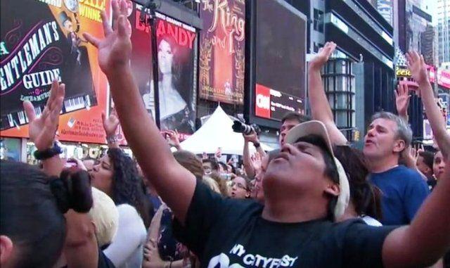 """Recientemente miles de cristianos se reunieron para adorar a Dios. Junto con el cantante Matt Redman y la canción de """"10.000 razones (Bless El Señor)"""",..."""