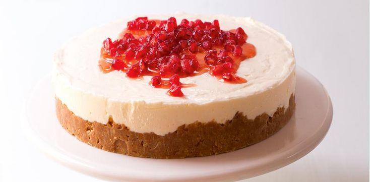 Olejem lehce vymažte kulatou dortovou formu o průměru asi 23 cm. Sušenky rozdrobte do mísy a smíchejte je s rozpuštěným máslem. Pak směs natlačte na...