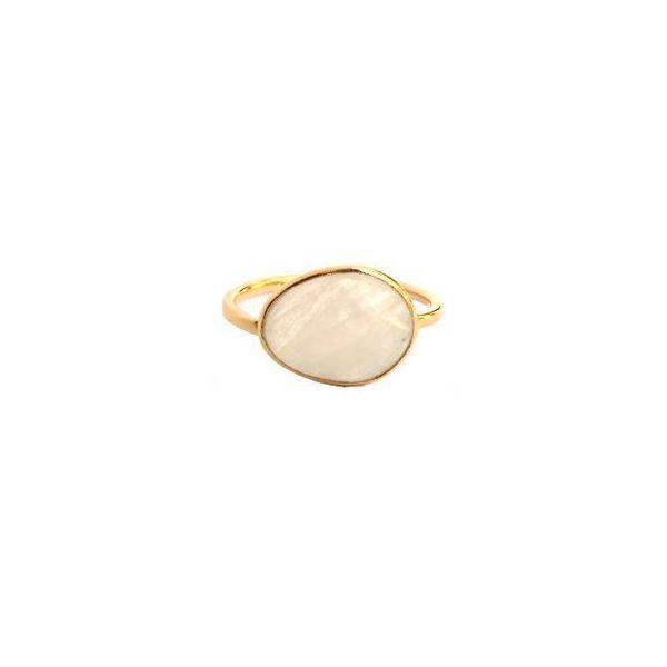 Anillo con piedra de quarzo rosa oval que captará todas las miradas. Este anillo de base de latón y con un baño de oro de alta calidad es fino y elegante.