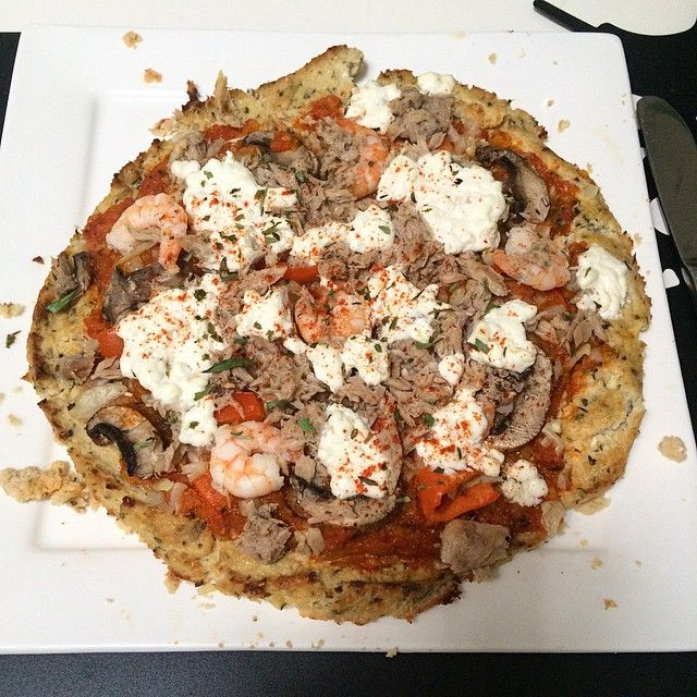 Pizza avond! Een gezonde pizza gemaakt met een pizzabodem van bloemkool en zelfgemaakte tomatensaus. Recept staat op mijn blog. (link in bio) #cambridgeweightplan #cwpfamily #cwp #cwptoppersnl #cwp800