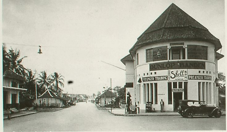 Gedung di pojokan Perapatan Lima (sekarang jadi GedunG danareksa), sebelah kirinya itu jalan Kosambi/Ahmad Yani