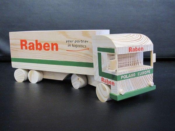 Drewniana ciężarówka przygotowana dla firmy Raben. Warsztat Terapii Zajęciowej w Piaskach.