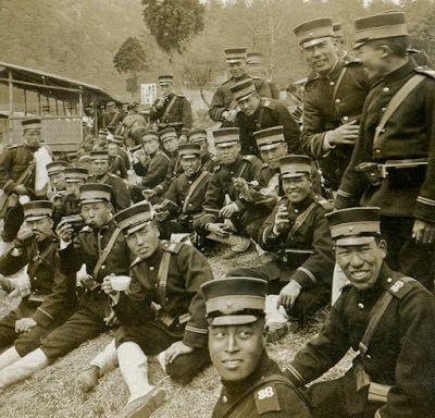 Группа японских солдат отдыхает по пути на фронт. Манчжурия, 1904 (1905?) г.