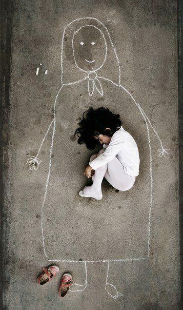 Малыш из детского дома нарисовал маму на асфальте и лег в ее объятия. » Смешные Анекдоты Истории Цитаты Афоризмы Стишки Картинки прикольные Игры
