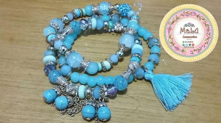 Pulsera triple con una combinación de perlas azules y accesorios dorados, Acompañados de un pequeño fleco azul y pequeñas cadenas colgantes. Accesorios únicos de #Malú.  $18.000 Ventas al por mayor y al detal. Whatsapp  311-6528578