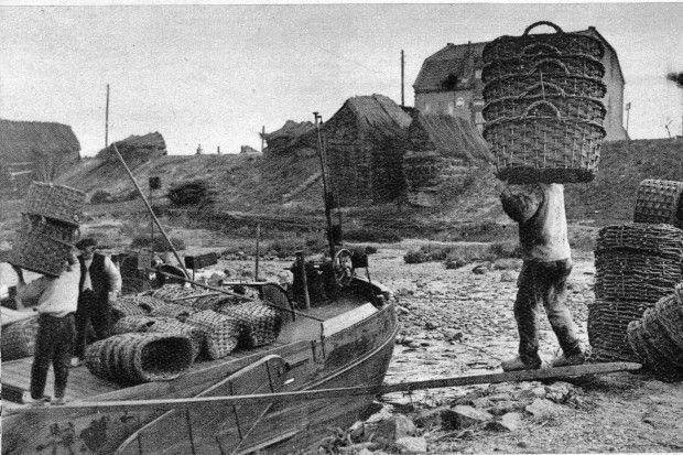 Het laden van bloemenmanden. Op het schip staat schipper Henk Diepenhorst