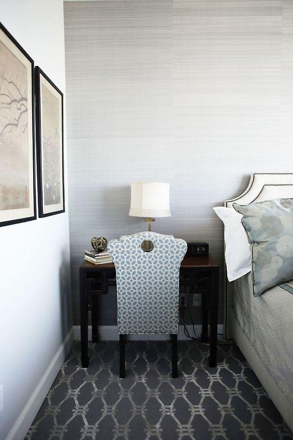 Sypialnia z zastosowaniem naturalnych oklein ściennych (tapet) Star Dust Silk kolor Midnight Grey.