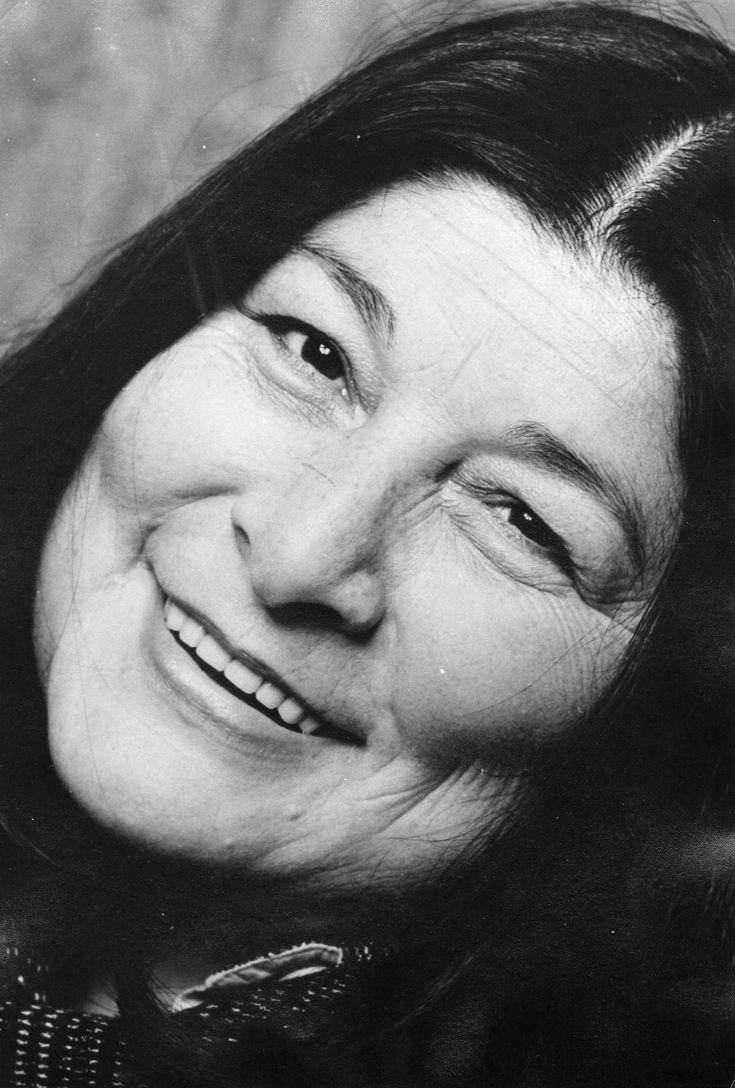 Mercedes Sosa (1935-2009)  conocida como La Negra, fue una cantante de música folclórica argentina reconocida en todo el mundo, considerada la mayor exponente del folklore argentino, cumbre de la Historia de la música folclórica de Argentina y una de las principales e infaltables cantantes de música popular de Latinoamérica. Fundadora del Movimiento del Nuevo Cancionero y una de las exponentes de la Nueva canción latinoamericana. Incursionó en otros géneros como el tango, el rock y el pop.