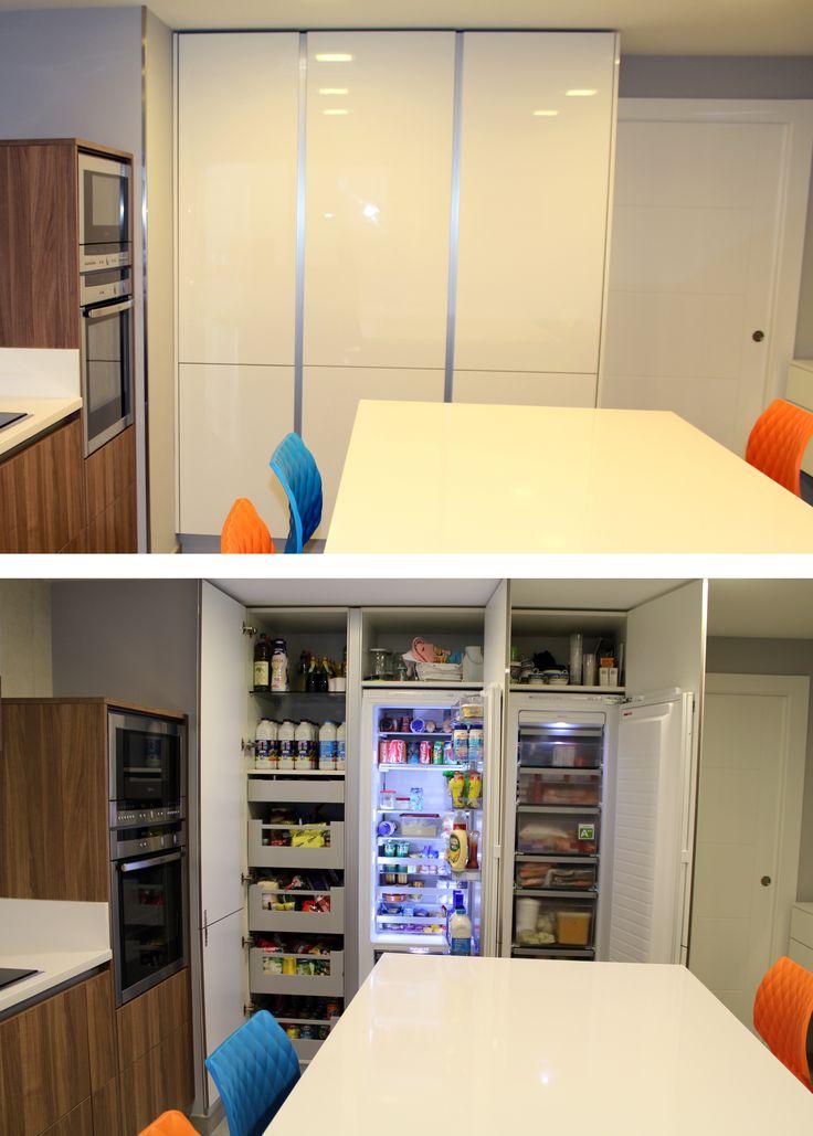 Si no quieres que tus electrodomésticos adquieran protagonismo en la cocina, puedes optar por electrodomésticos integrables. Aquí tienes un ejemplo de zona de frigorífico, congelador y despensa, que quedan ocultos en un armario. Este diseño es de DT Home Design, Av. Baleares, 4, San Sebastián de los Reyes (Madrid), tlf: 609973739