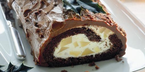 Čokoládová roláda s hruškami    asi 18 kúskov    Potrebujeme:  Na cesto:  4 vajcia  2 lyžice teplej vody  125 g jemného kryštálového cukru + na posypanie utierky  1 balíček vanilínového cukru  125 g polohrubej múky  1 zarovnanú kávovú lyţičku kypriaceho prášku  40 g kvalitnej čokolády    Na plnku:  3 plátky bielej ţelatíny  1 veľkú konzervu hrušiek (460 g po odkvapkaní)  50 g práškového cukru  3 lyţice hruškovej šťavy alebo hruškového likéru  2 poháre smotany na šľahanie (á 200 g)