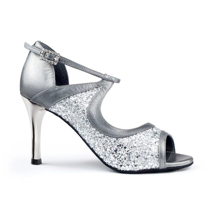 Smuk latin dansesko i sølv og glitter fra PortDance. Modellen hedder PD504 og fåes hos Nordic Dance Shoes: http://www.nordicdanceshoes.dk/portdance-pd504-tango-soelv-laeder-glitter-latin-dansesko#utm_source=pin