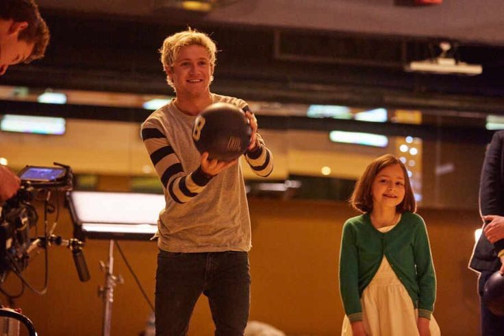Niall surprised some sick children with a game of bowling <3