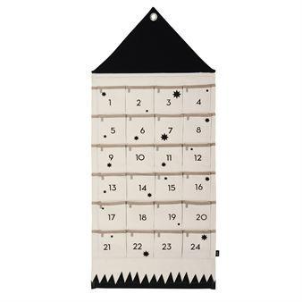 De mooie House Christmas kalender van Ferm Living is gemaakt van katoen en heeft een speels ontwerp met de vorm van een huis en zakken voor elke dag. Hang de kalender aan de muur en vul het met kleine geschenken.Open er elke dag een tot Kerstmis. Combineer de kalender met andere trendy kerstversieringen van Ferm Living.