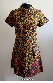 Kota: Abito chemisier in voile di cotone indiano con ricamo sul fondo.