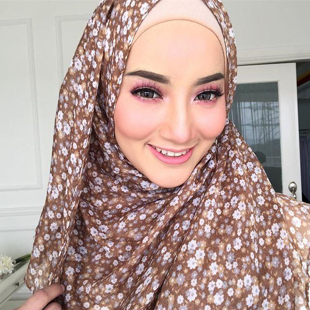 Makeup sweet2 berbie gittew pg td kat awek korea ni @syazwanieyazip 😘😍😋💝 makin kurus dah sis ika tgk 😩😩 sis ika ni x tahu la bile nak kurus 😭😭 mencik laaaaa . #blushbysyafiqah #reception #makeupbysyafiqah #makeupartistkl #muakl #mua #makeuptunang #makeupnikah #makeupkahwin #studiomakeup #eventmakeup #nars #narsmalaysia #sayajualservice #makeupservice #hijab #hijabista #hijabmodel  #muslimah #mac #urbandecay #realtechnique #inglot #nafura #macmalaysia #reception #solemnization…