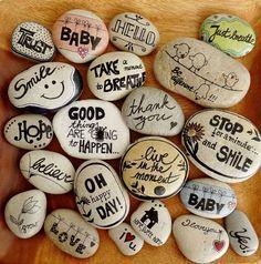Steine mit Sprüchen bemalt