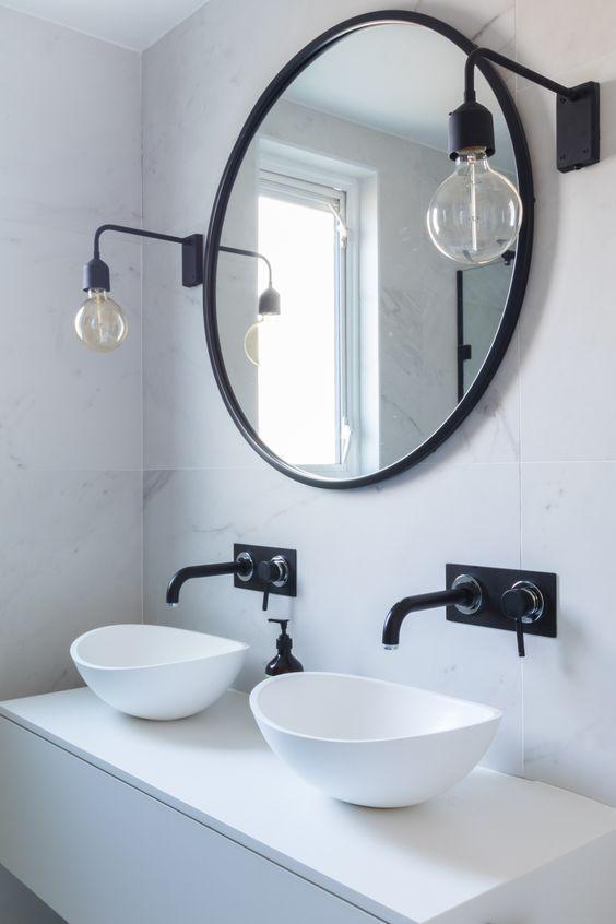 Realza la luminosidad de cualquier espacio con este espectacular espejo con borde de goma negra. Perfecto para cualquier estancia, ya sea para darle un toque increíble a un salón o para hacer visualmente más grande la entrada de casa. # interior interiorismo decoración blanco negro baño espejo