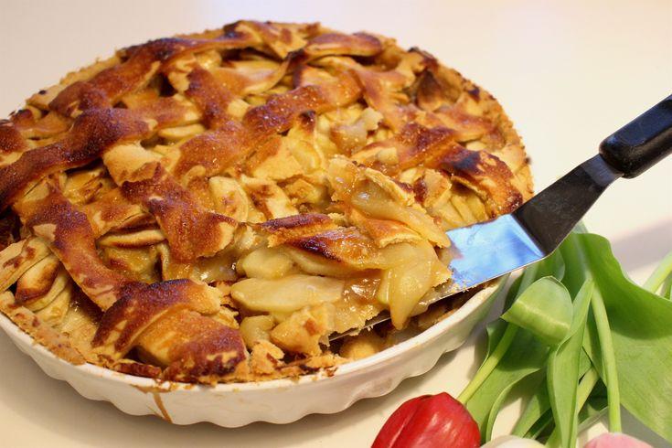 Varför inte servera äppelpajen med såsen i självaste pajen? Varför inte med en hemmagjord kolasås till dessutom? När man ändå är på gång kan man dessutom pensla pajen med lite kolasås för att få ett knäckiga pajskal. SÅ HIMLA GOTT med söt kolasås och syrliga äpplen! Pajen kan med fördel förberedas dagen innan servering. Nice! 8-10 bitar äppelpaj med kolasås Pajdegen: 9 dl vetemjöl 2 tsk ströscoker 1 tsk vaniljsocker (kan uteslutas) 1 krm salt 225 g kallt smör 1 dl kallt vatten Fyllning: 8 st…