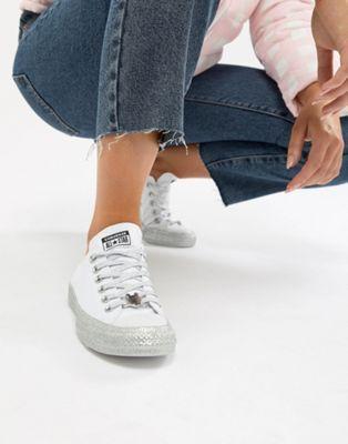 buy online 6edd6 9ccf1 Imagen 1 de Zapatillas bajas con purpurina en blanco y plateado Chuck  Taylor All Star de Converse X Miley Cyrus