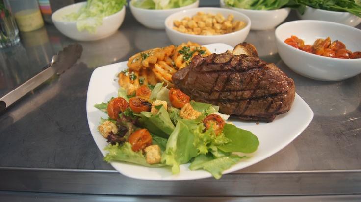 Bife de Chorizo con ensalada del Campo y papas rejillas a la provenzal, todo un clasico argentino