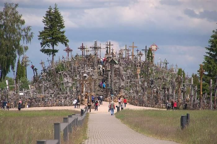 The Hill of Crosses - Lithuania - the hill is 60 meters high, with a width of 40 meters. Thousands of crosses, statues, carvings, rosaries, saints paintings and other souvenirs or significant objects are piled on site. Researchers estimate that the number of crosses exceeding 200 thousand. It is customary for visitors to leave there a crucifix or other special value object to it. Therefore, the number of crosses increases constantly.                     Sugerir uma edição
