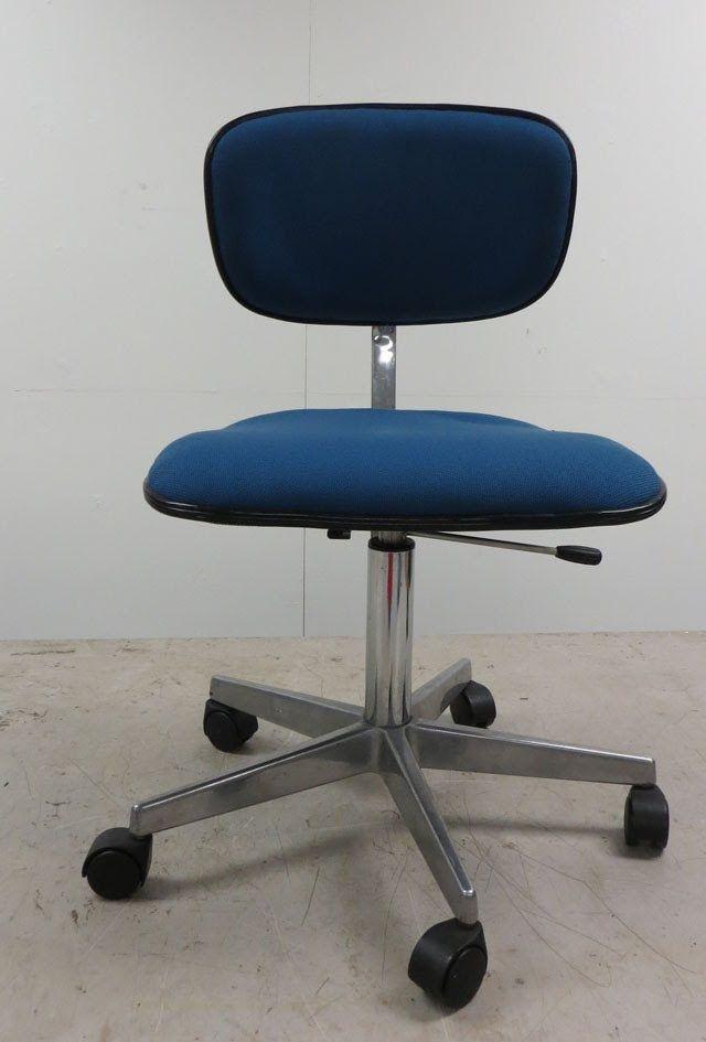 Zelf een bureaustoel stofferen meer op www.stofensteen.nl