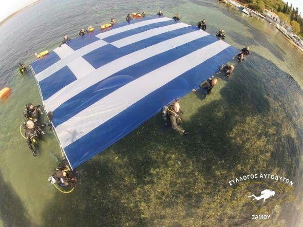 Τη μεγαλύτερη Ελληνική σημαία κάτω από την επιφάνεια της θάλασσας , άπλωσαν τα μέλη του Συλλόγου Αυτοδυτών Σάμου και με το δικός τους ξεχωριστό τρόπο γιόρτασαν μαζί με τις οικογένειες τους, την Εθνική Επέτειο της 25ης Μαρτίου.