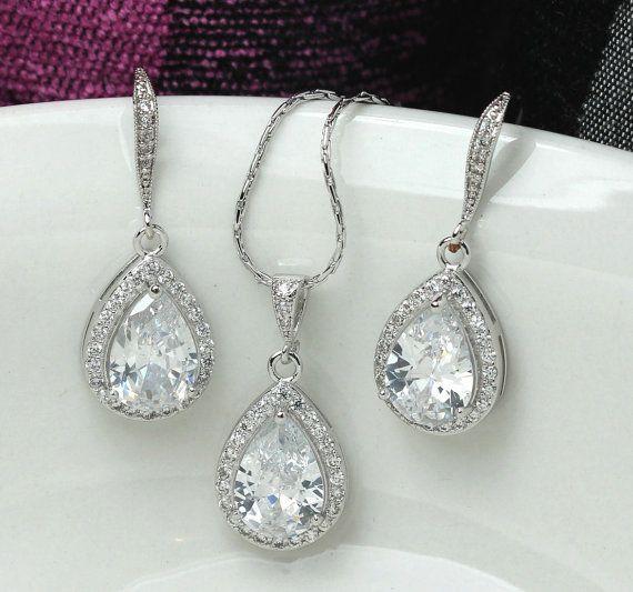 ces belle boucle doreille et collier ensemble fait de zircon cubique goutte oreille argent et caution est ornée de petits strass.  collier de mariée