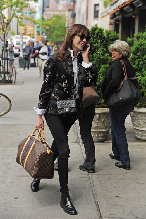 Alexa Chung lleva un Mini Classic Flap Bag Chanel y Louis Vuitton Mon Monogram Keepall Bag (3)