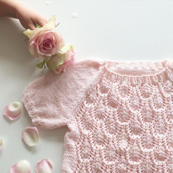 ~Floratopp~ ferdig og klar for varme sommerdager En søt liten hånd kom og ville bli med å pynte med blomster #floratopp #paelas #lillelerke #sommertopp #knitforkids