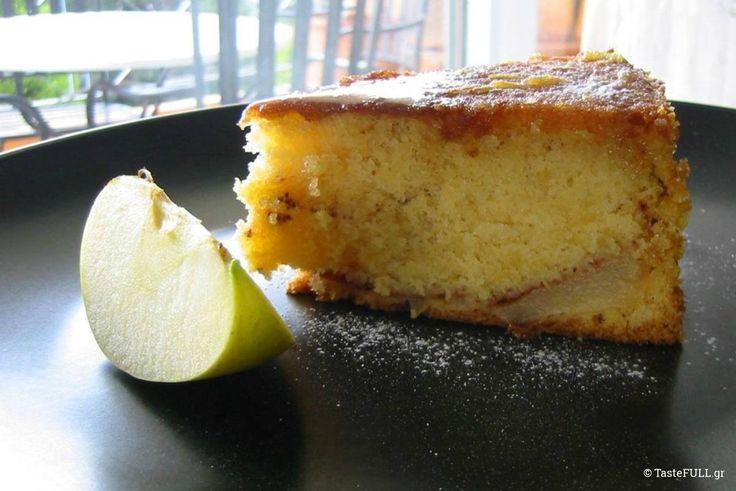 Το κέικ με μήλα και κανέλα στη μέση του μίγματος γίνεται ζουμερό και υγρό σαν να είναι σιροπιαστό.