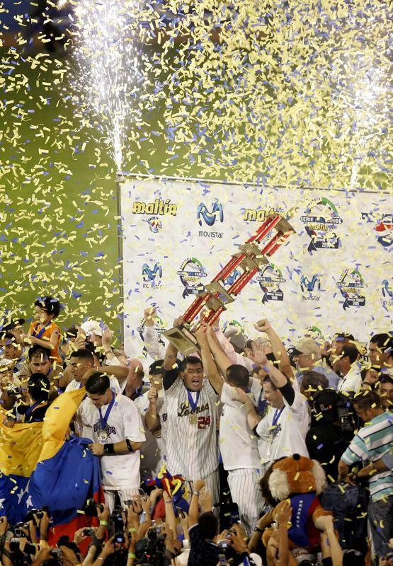 Jugadores de Los Leones del Caracas con el trofeo de La Serie del Caribe del año 2006 celebran
