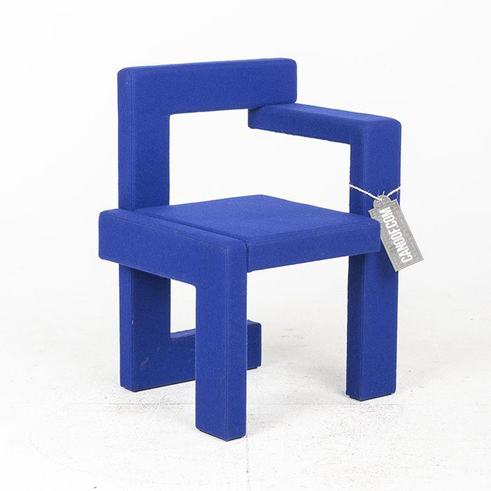 De Rietveld Steltman stoel vilt blauw, rechtse uitvoering. Stoffering Vilano (Van der Ploeg). In de aanbieding omdat het een showroommodel is.