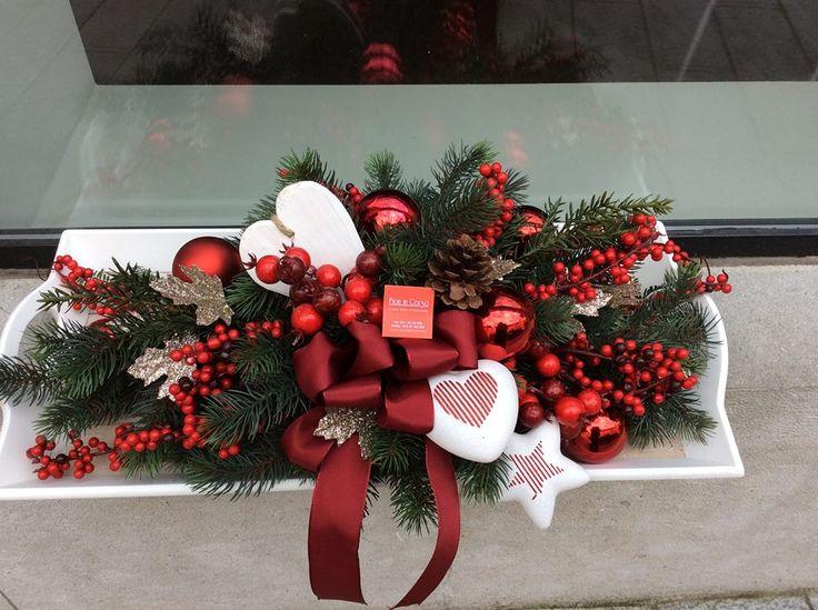 Centrotavola natalizio con bacche,pino,stelle,cuori,stelle e bocce