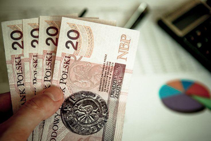 Kiedy płaca minimalna jest godziwa? -    Istnieje wiele definicji płacy godziwej. Różne międzynarodowe organizacje przyjmują inne podejścia do tej kwestii. Rada Europy wydała Europejską Kartę Społeczną. Dokument ten określa płacę godziwą jako taką, która stanowi co najmniej 50 – 60% płacy średniej w danym państwie.  Światowa Organizac... http://ceo.com.pl/kiedy-placa-minimalna-jest-godziwa-18448