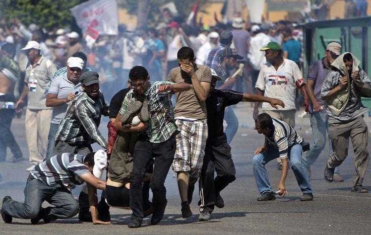 Gli scontri tra polizia militare e sostenitori di Morsi, al Cairo. (Mahmud Hams, Afp)