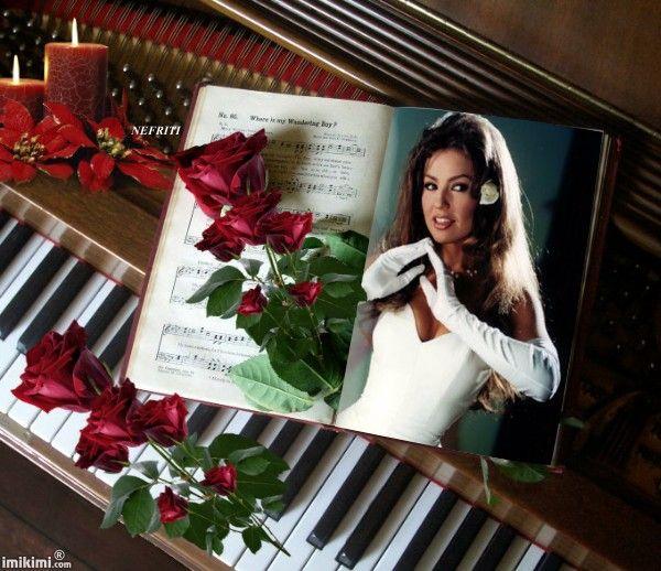 nefriti-Christmas piano