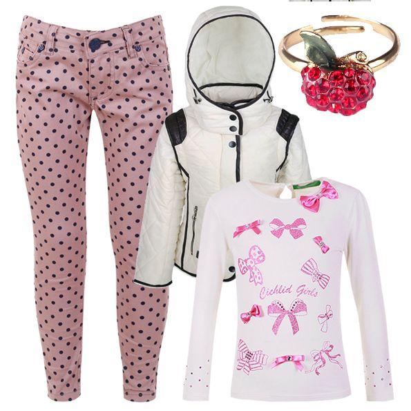 Лук для девочки на каждый день - розовые джинсы с принтом, лонгслив с аппликацией, белая куртка и стильные аксессуары со стразами.