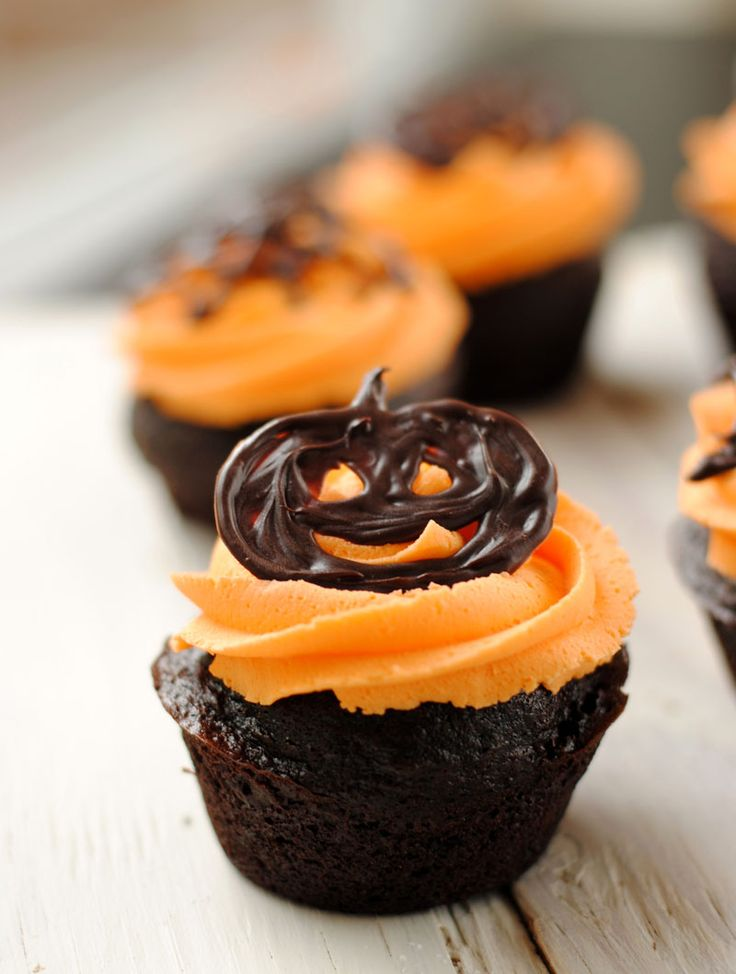 Halloween Cupcakes - For all your cake decorating supplies, please visit craftcompany.co.uk