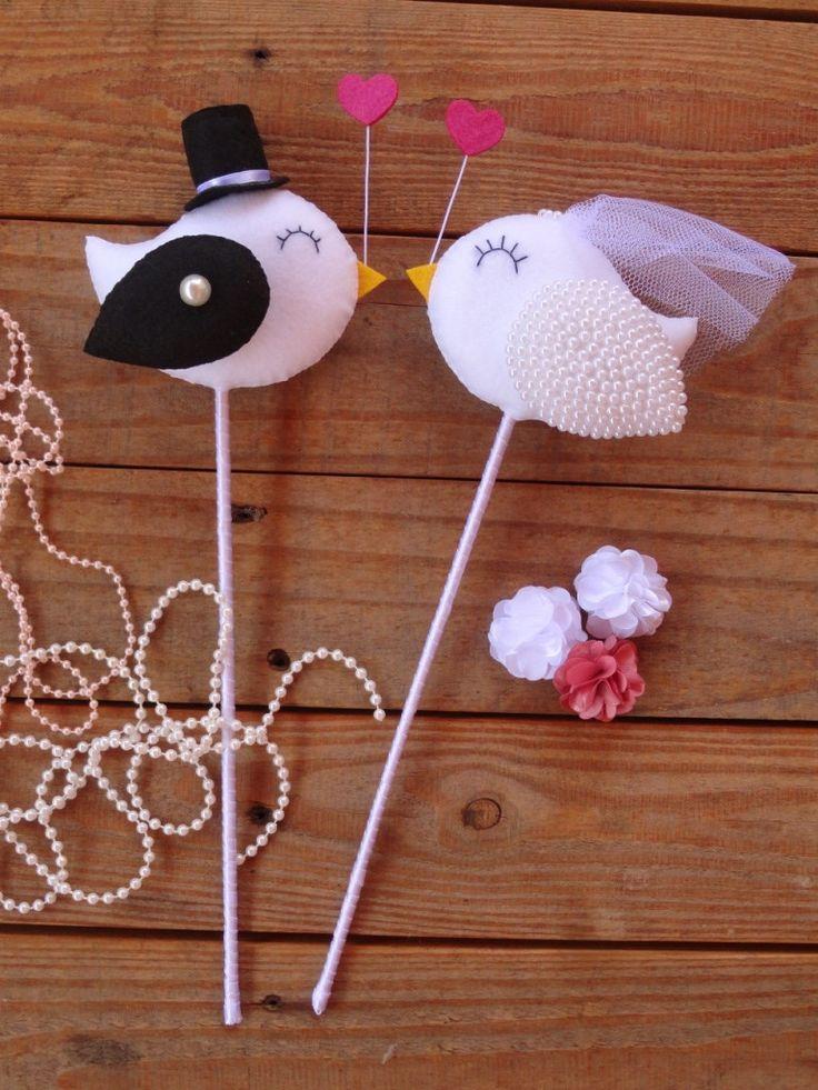 PASSARINHOS DE TOPO DE BOLO NO PALITO...    Material: passarinhos feitos em feltro, bordados à mão, asinha da noiva em pérolas.    Consulte também as outras opções para seu casamento....    Também pode ser feito em outras cores e motivos! Verificar a disponibilidade de cores de feltros...  Todas ...