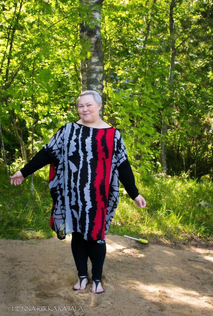 Easiest DIY dress ever. More about the dress (in finnish)  here: https://moniajoa.wordpress.com/2017/08/01/ompeluprojekti-laatikkomekko-trikoohihoilla/