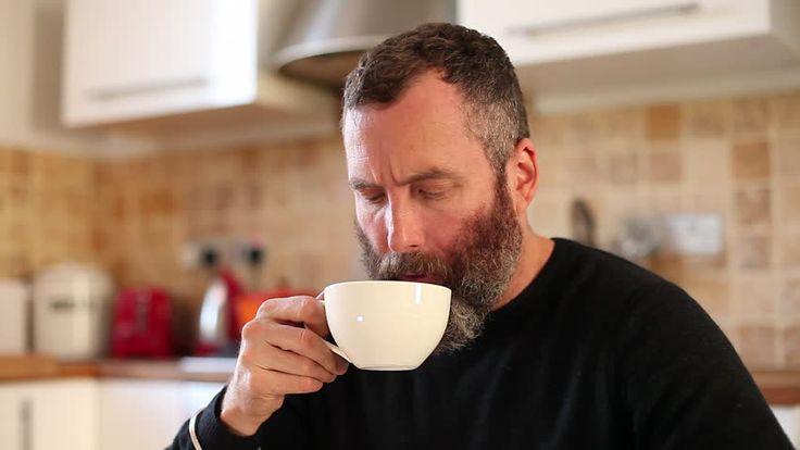 Actie : koffie drinken in de ochtend in de keuken ( niet het personage)