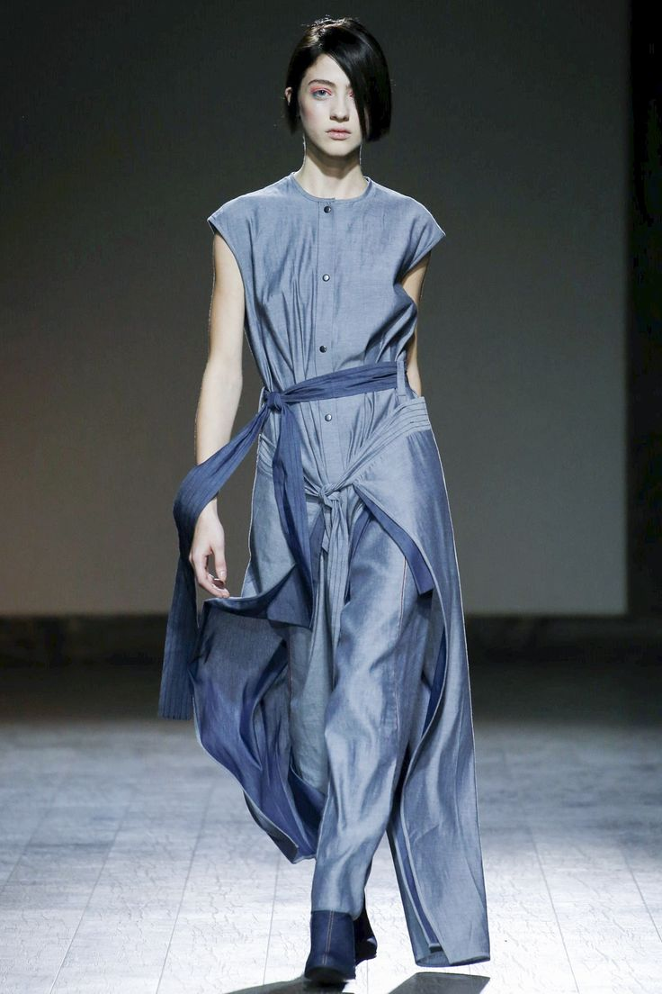 See the complete Avtandil Tbilisi Spring 2016 collection.