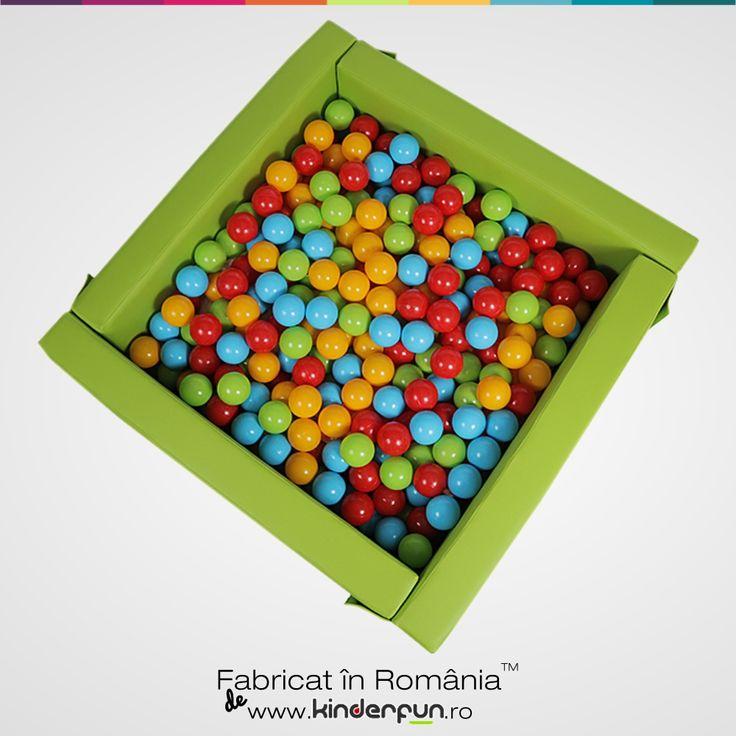 Piscina cu bile pentru copii marca Kinderfun™ Soft Play, fabricate in Romania.   Ofera o atmosfera placuta si relaxanta unde copiii vor constientiza spatiul dar isi vor dezvolta si abilitatiile motorii  cat si  modul de comunicare cu cei din jurul lor.   Materialul este placut la atingere, moale si rezistent. Piscina cu bile este compusa din 4 pereti modulari si sezut. In piscina intra aproximativ 500 x 75mm bile de plastic. Soft Play Ball Pool Kids Kinderfun™
